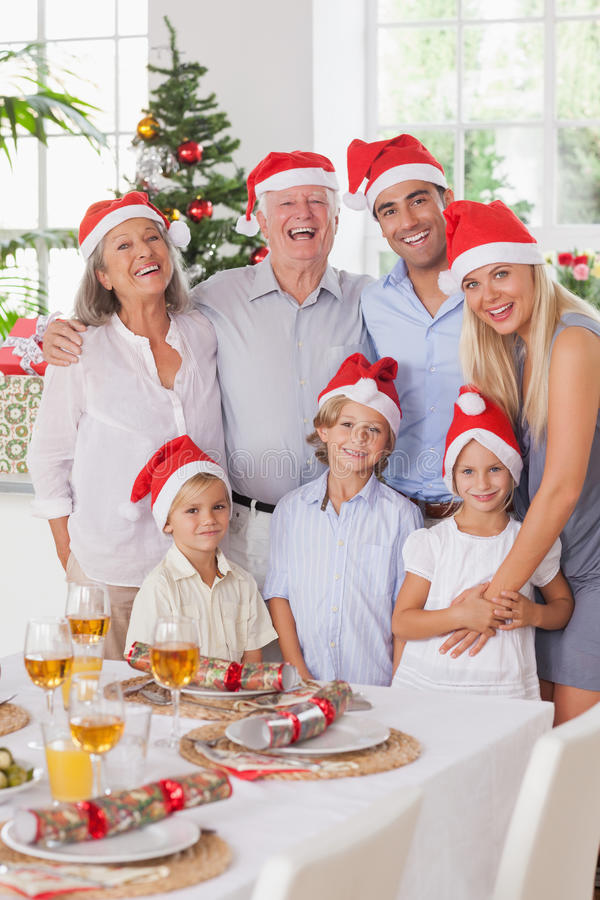 Χαμογελώντας οικογένεια στα Χριστούγεννα στοκ φωτογραφία με δικαίωμα ελεύθερης χρήσης