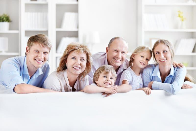 Χαμογελώντας οικογένεια