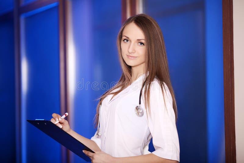 Χαμογελώντας οικογενειακός γιατρός με ένα στηθοσκόπιο Υγειονομική περίθαλψη 15 woman young Απόφοιτος φοιτητής Σε ένα ιατρικό όργα στοκ εικόνα με δικαίωμα ελεύθερης χρήσης