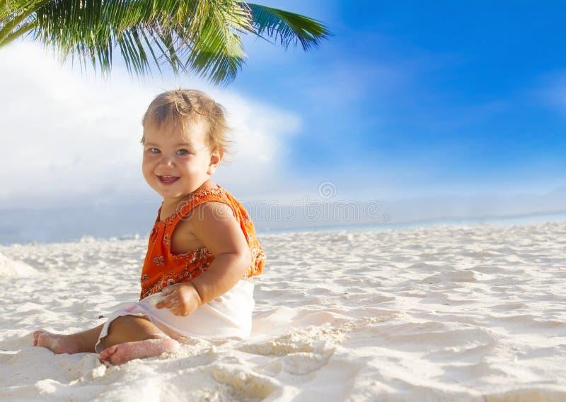 Χαμογελώντας παιδί μωρών στην τροπική παραλία άμμου στοκ εικόνα με δικαίωμα ελεύθερης χρήσης