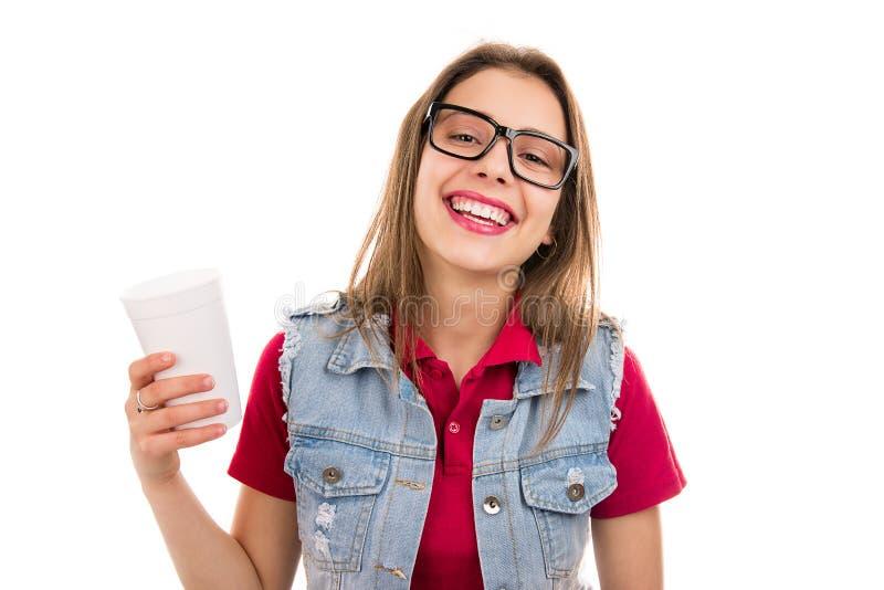 Χαμογελώντας περιστασιακή γυναίκα εφήβων με το φλυτζάνι στοκ φωτογραφία με δικαίωμα ελεύθερης χρήσης