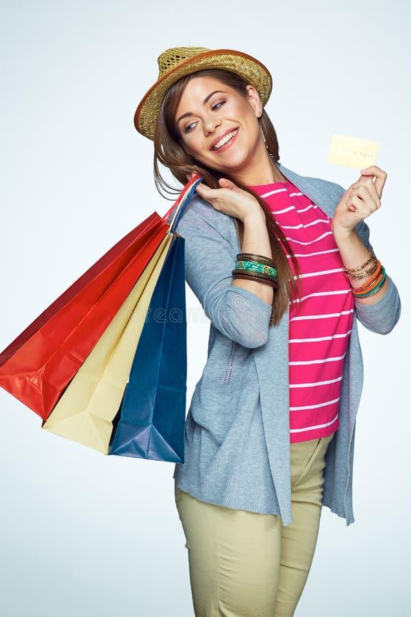 Χαμογελώντας πιστωτική κάρτα εκμετάλλευσης γυναικών, πορτρέτο με την τσάντα αγορών στοκ φωτογραφία