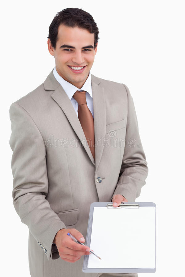Χαμογελώντας πωλητής που ζητά την υπογραφή στοκ εικόνα με δικαίωμα ελεύθερης χρήσης