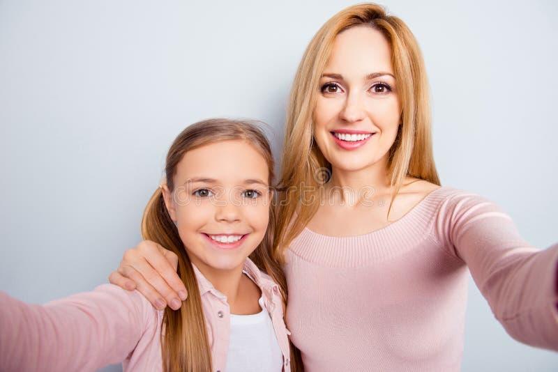 Χαμογελώντας, συμπαθητικές, γλυκές, χαριτωμένες μητέρα και κόρη με την ακτινοβολία smil στοκ εικόνα