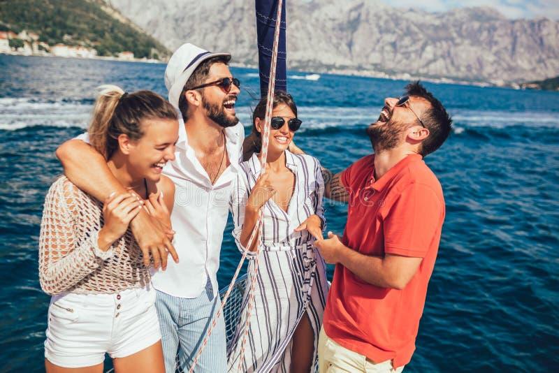 Χαμογελώντας φίλοι που πλέουν με το γιοτ στοκ εικόνες