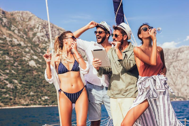 Χαμογελώντας φίλοι που πλέουν με το γιοτ στοκ φωτογραφία με δικαίωμα ελεύθερης χρήσης