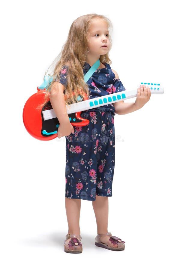 Χαμογελώντας χαριτωμένο κορίτσι μικρών παιδιών τρία έτη που τραγουδούν πέρα από το άσπρο υπόβαθρο στοκ φωτογραφίες με δικαίωμα ελεύθερης χρήσης