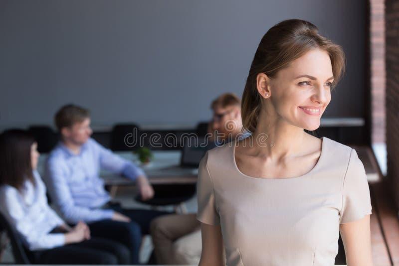 Χαμογελώντας χιλιετής θηλυκός ηγέτης που φαίνεται μακριά ονειρεμένος το μέλλον στοκ φωτογραφίες με δικαίωμα ελεύθερης χρήσης