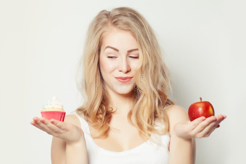 Χαμογελώντας όμορφη γυναίκα με το πανούργο βλέμμα Υγιής και ανθυγειινός στοκ εικόνες με δικαίωμα ελεύθερης χρήσης