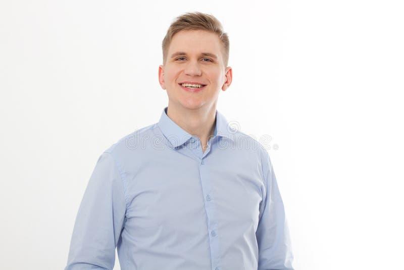 Χαμογελώντας όμορφος νέος επιχειρηματίας στο κενό πουκάμισο Άτομο που εξετάζει τη κάμερα που απομονώνεται στο άσπρο υπόβαθρο Πρότ στοκ εικόνες με δικαίωμα ελεύθερης χρήσης