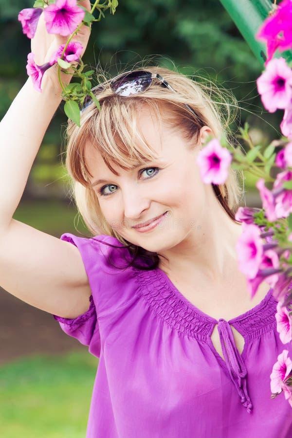 Χαμογελώντας ώριμη γυναίκα στοκ φωτογραφία με δικαίωμα ελεύθερης χρήσης