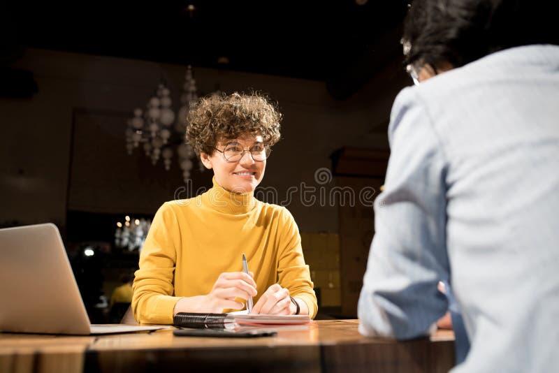 Χαμογελώντας recruiter που παίρνει συνέντευξη από τον υποψήφιο στοκ φωτογραφία με δικαίωμα ελεύθερης χρήσης