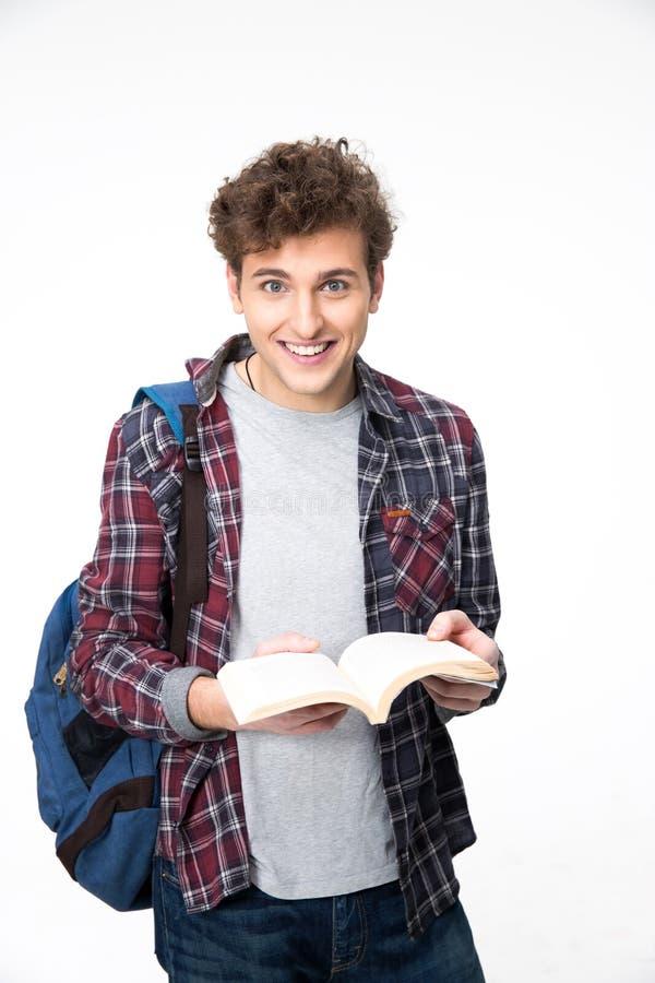 Χαμογελώντας άνδρας σπουδαστής που στέκεται με το ανοιγμένο βιβλίο στοκ εικόνες με δικαίωμα ελεύθερης χρήσης