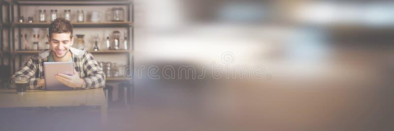 Χαμογελώντας άτομο που έχει τον καφέ χρησιμοποιώντας την ταμπλέτα στοκ φωτογραφία