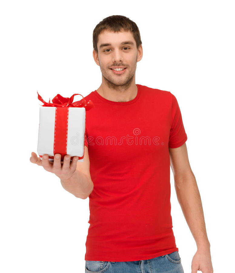 Χαμογελώντας άτομο στο κόκκινο πουκάμισο με το κιβώτιο δώρων στοκ εικόνες