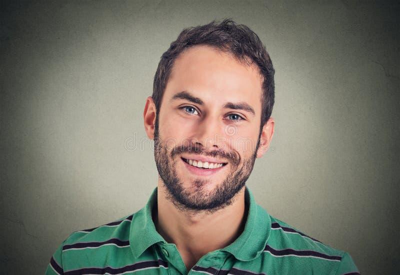 Χαμογελώντας άτομο Headshot, δημιουργικός επαγγελματίας στοκ φωτογραφίες