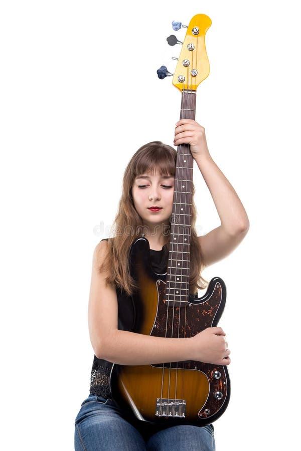 Χαμογελώντας έφηβη που κρατά μια κιθάρα στοκ φωτογραφία
