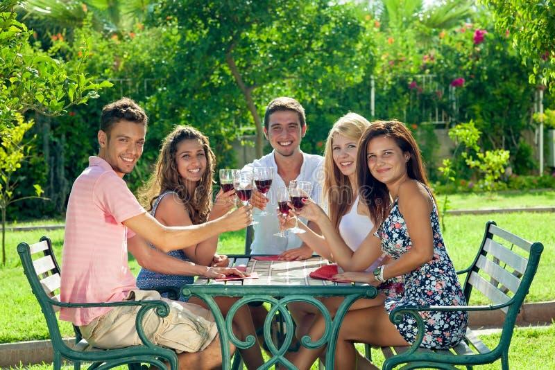 Χαμογελώντας έφηβοι που γιορτάζουν τις θερινές διακοπές στοκ εικόνες με δικαίωμα ελεύθερης χρήσης