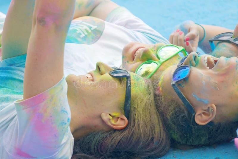 Χαμογελώντας έφηβος τέσσερα και γυαλιά που καλύπτονται με την τοποθέτηση σκόνης χρώματος στοκ εικόνα με δικαίωμα ελεύθερης χρήσης