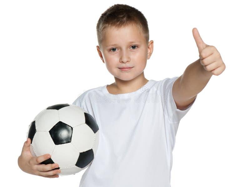 Χαμογελώντας αγόρι με τη σφαίρα ποδοσφαίρου στοκ εικόνα με δικαίωμα ελεύθερης χρήσης
