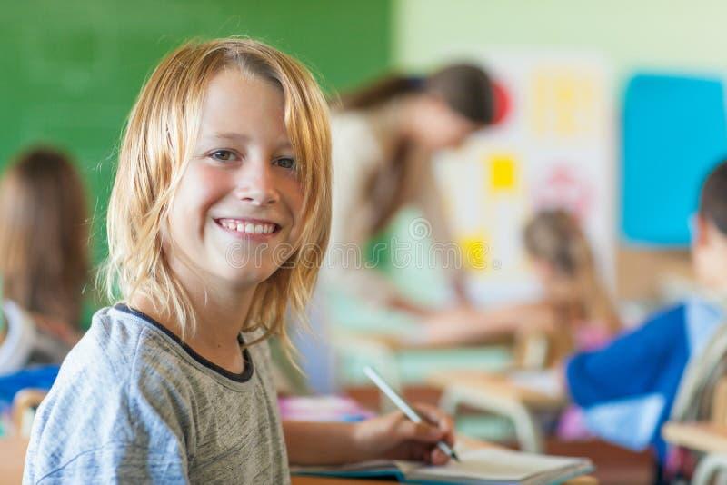 Χαμογελώντας αγόρι στο σχολείο στοκ φωτογραφία με δικαίωμα ελεύθερης χρήσης