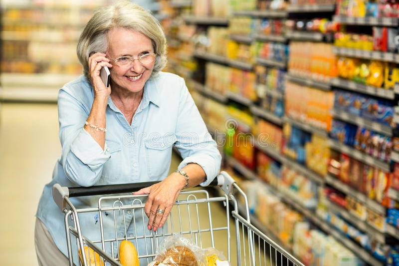 Χαμογελώντας ανώτερη γυναίκα στο τηλεφώνημα στοκ εικόνα με δικαίωμα ελεύθερης χρήσης