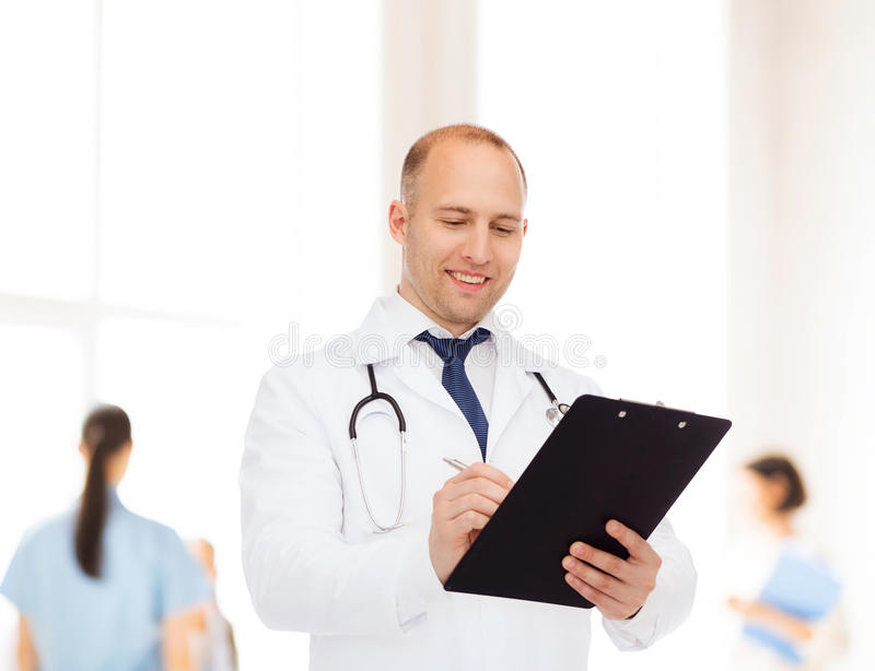 Χαμογελώντας αρσενικός γιατρός με την περιοχή αποκομμάτων και το στηθοσκόπιο στοκ φωτογραφίες
