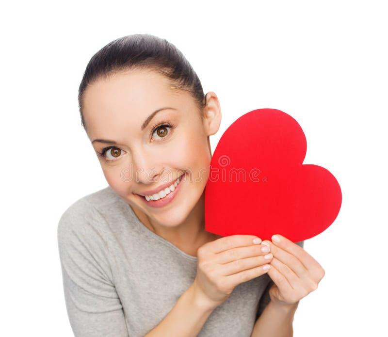 Χαμογελώντας ασιατική γυναίκα με την κόκκινη καρδιά στοκ εικόνες