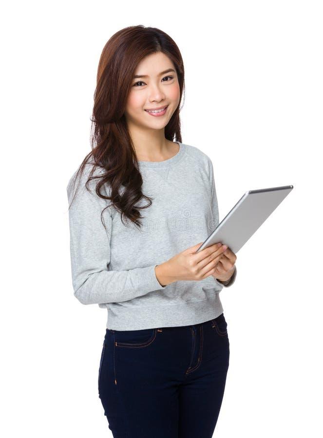 Χαμογελώντας ασιατική νέα γυναίκα που προσέχει το PC ταμπλετών στοκ φωτογραφία με δικαίωμα ελεύθερης χρήσης