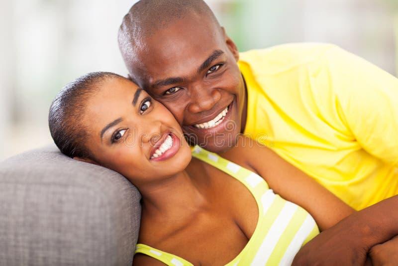 Χαμογελώντας αφρικανικό ζεύγος στοκ εικόνες με δικαίωμα ελεύθερης χρήσης