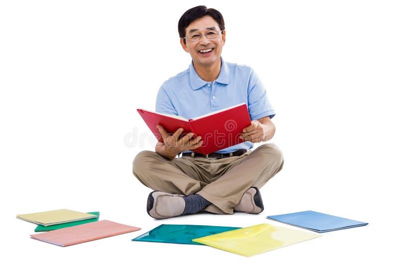 Χαμογελώντας βιβλία ανάγνωσης ατόμων στοκ εικόνες
