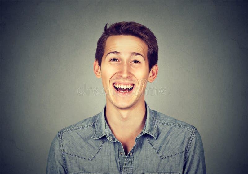 Χαμογελώντας γελώντας σύγχρονο άτομο Headshot, δημιουργικός επαγγελματίας στοκ φωτογραφία με δικαίωμα ελεύθερης χρήσης