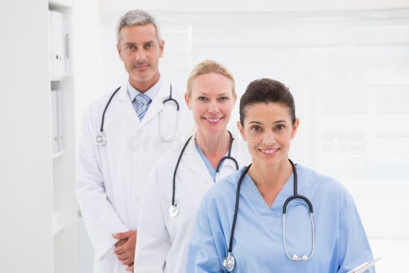 Χαμογελώντας γιατροί που εξετάζουν τη κάμερα στοκ φωτογραφία με δικαίωμα ελεύθερης χρήσης