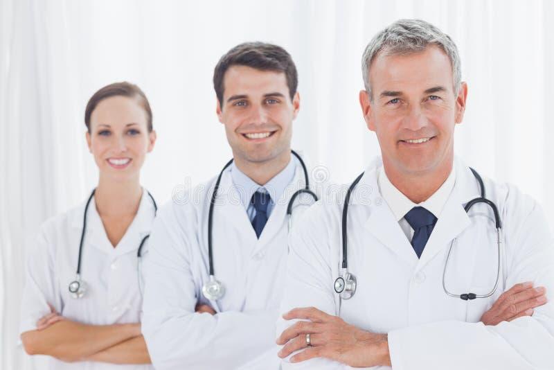 Χαμογελώντας γιατροί που θέτουν από κοινού στοκ φωτογραφία με δικαίωμα ελεύθερης χρήσης