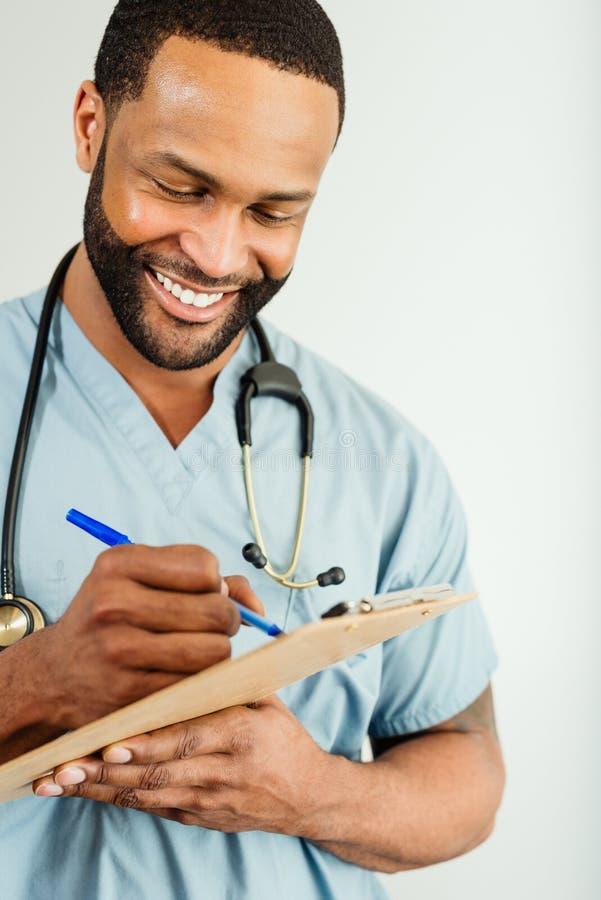 Χαμογελώντας γιατρός ή αρσενικό πορτρέτο νοσοκόμων στοκ φωτογραφία με δικαίωμα ελεύθερης χρήσης