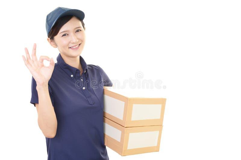 Χαμογελώντας γυναίκα εργαζόμενος στοκ φωτογραφία