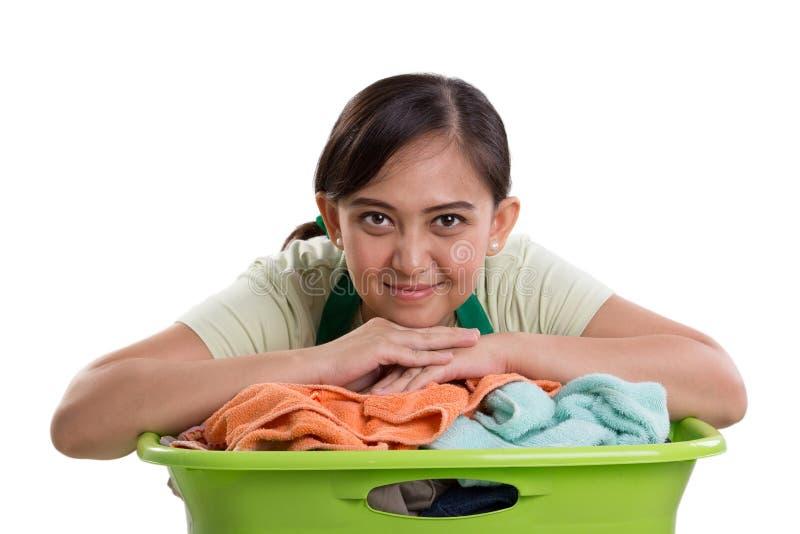 Χαμογελώντας γυναίκα και το πλυντήριό της στοκ φωτογραφία με δικαίωμα ελεύθερης χρήσης