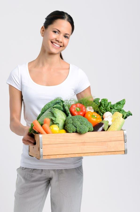 Χαμογελώντας γυναίκα με τα φρέσκα προϊόντα στοκ εικόνα με δικαίωμα ελεύθερης χρήσης