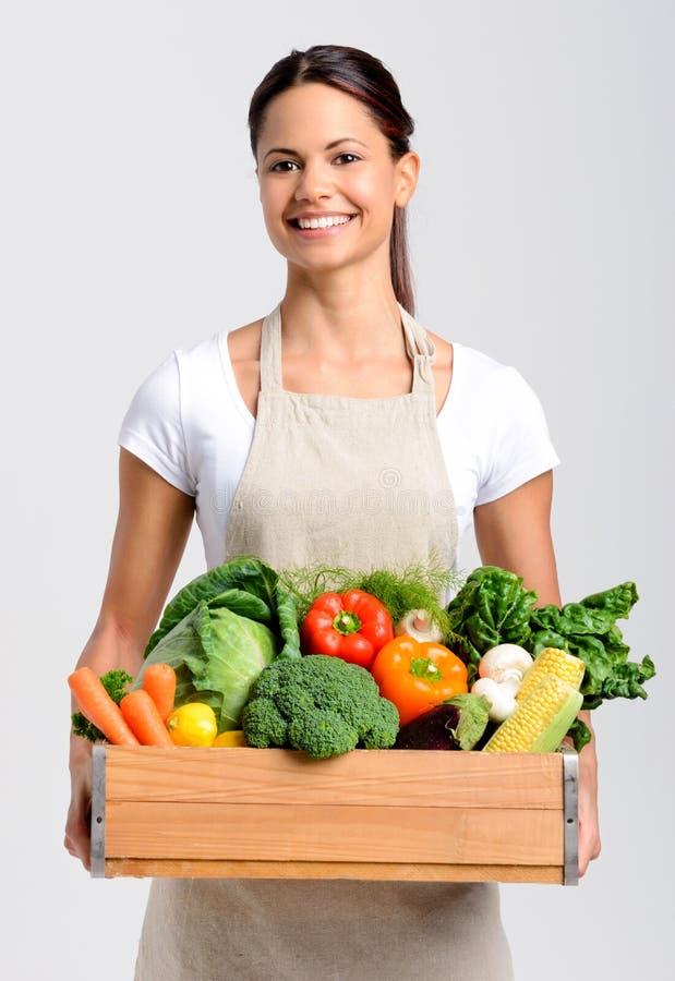 Χαμογελώντας γυναίκα με τα φρέσκα προϊόντα στοκ εικόνες