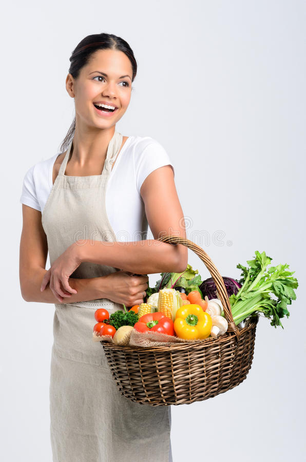 Χαμογελώντας γυναίκα με τα φρέσκα προϊόντα στοκ φωτογραφία