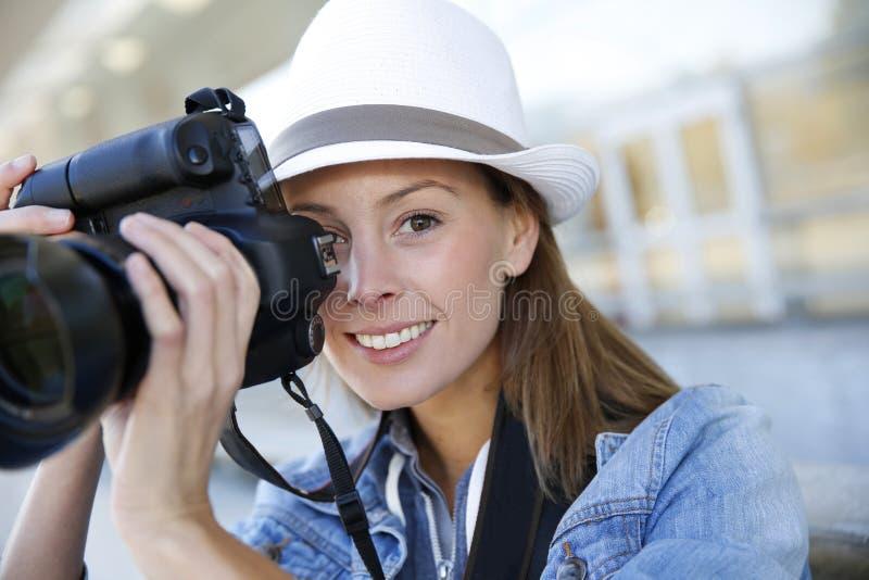 Χαμογελώντας γυναίκα με την επαγγελματική κάμερα στοκ εικόνα