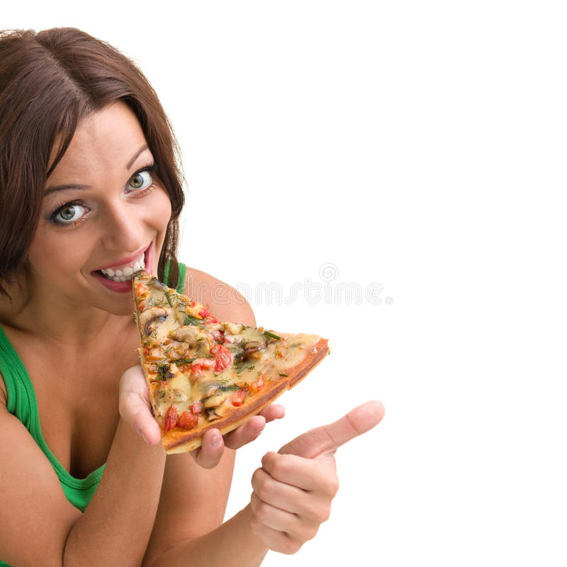 Χαμογελώντας γυναίκα με τη μεγάλη πίτσα που απομονώνεται σε ένα λευκό στοκ φωτογραφίες