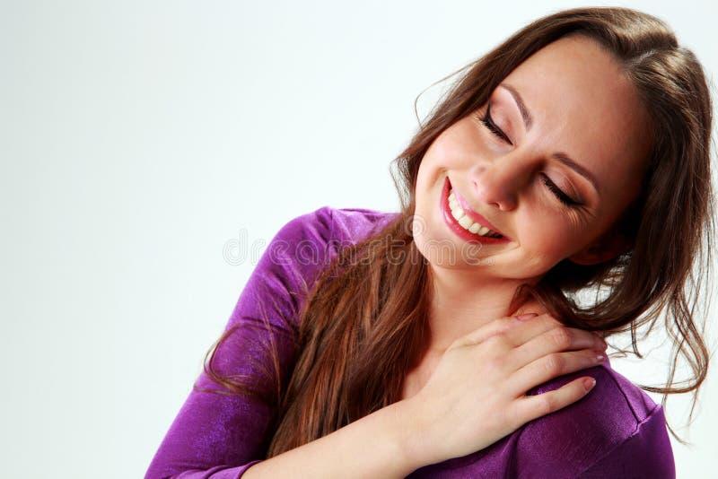 Χαμογελώντας γυναίκα με το κλείσιμο των ματιών στοκ φωτογραφίες με δικαίωμα ελεύθερης χρήσης