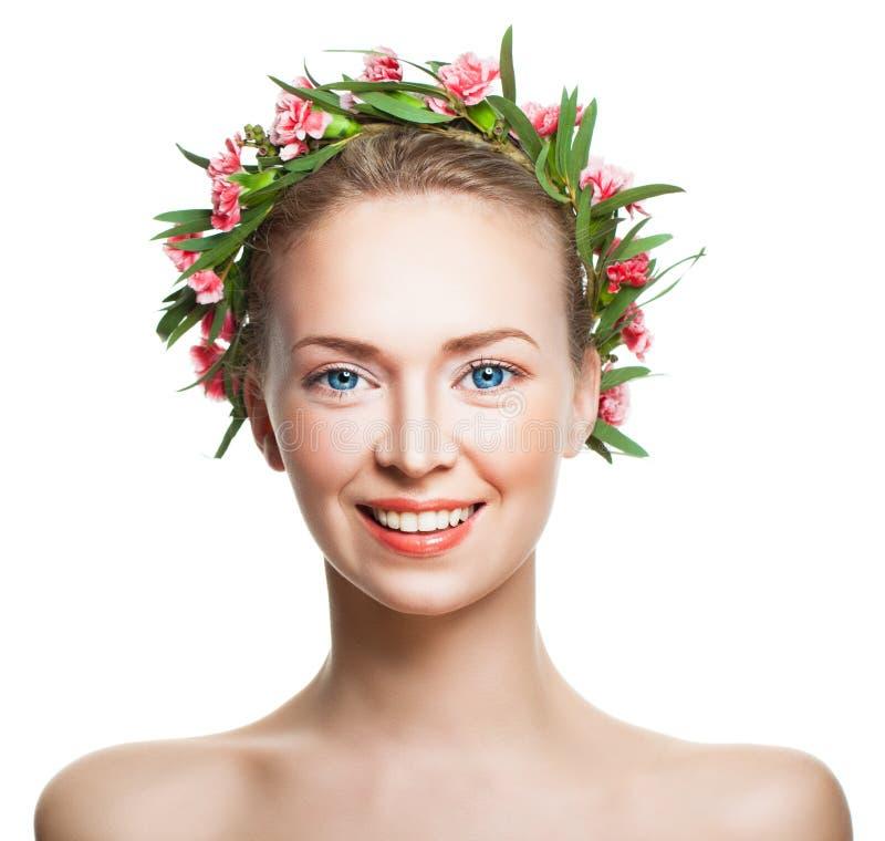 Χαμογελώντας γυναίκα με το υγιές δέρμα και λουλούδια στο άσπρο BA στοκ φωτογραφία με δικαίωμα ελεύθερης χρήσης