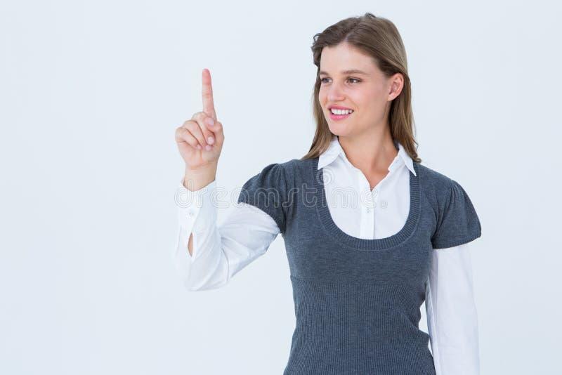Χαμογελώντας γυναίκα που δείχνει κάτι με το δάχτυλό της στοκ εικόνες με δικαίωμα ελεύθερης χρήσης