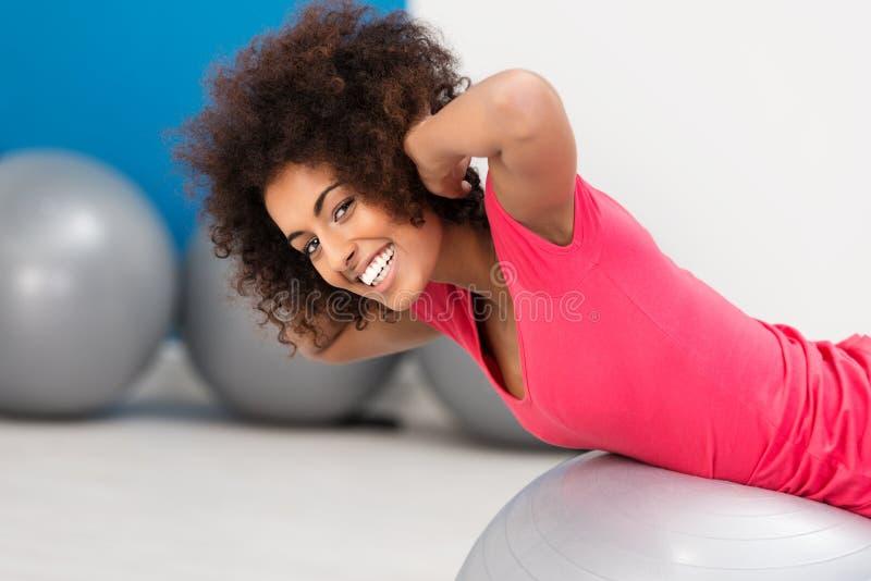 Χαμογελώντας γυναίκα που κάνει pilates στη γυμναστική στοκ φωτογραφίες με δικαίωμα ελεύθερης χρήσης