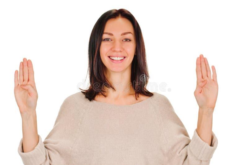 Χαμογελώντας γυναίκα που παρουσιάζει τέσσερα δάχτυλα στοκ εικόνα