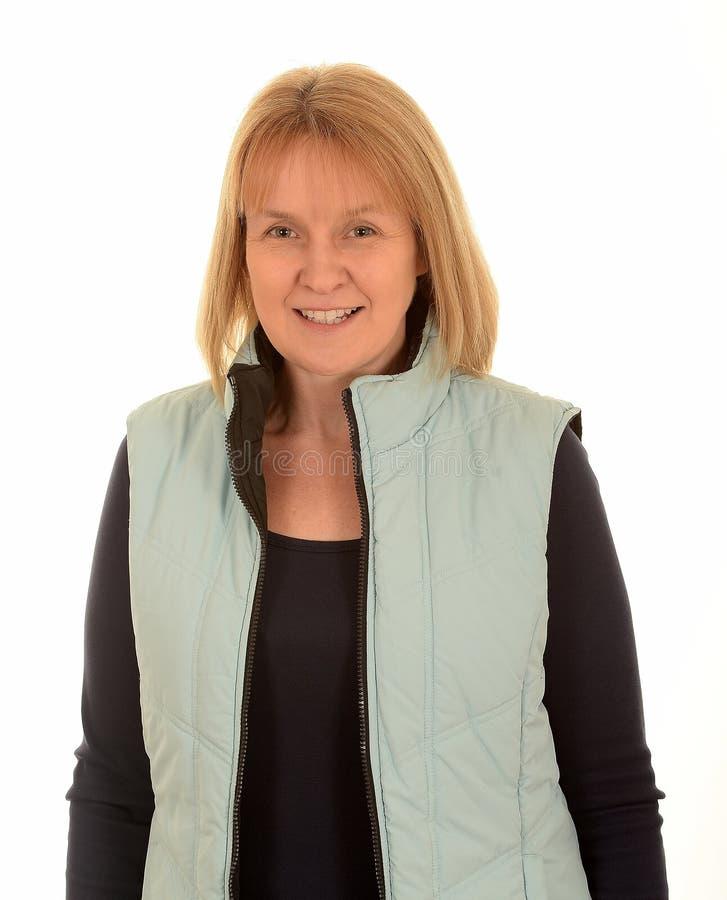 Χαμογελώντας γυναίκα που φορά το μαγκάλι σωμάτων στοκ εικόνα