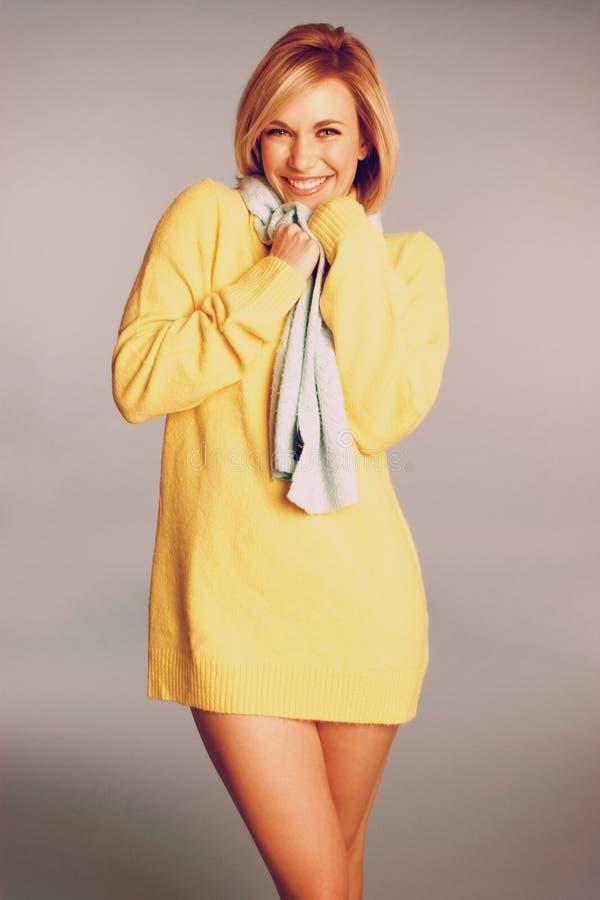 Χαμογελώντας γυναίκα πουλόβερ στοκ φωτογραφία