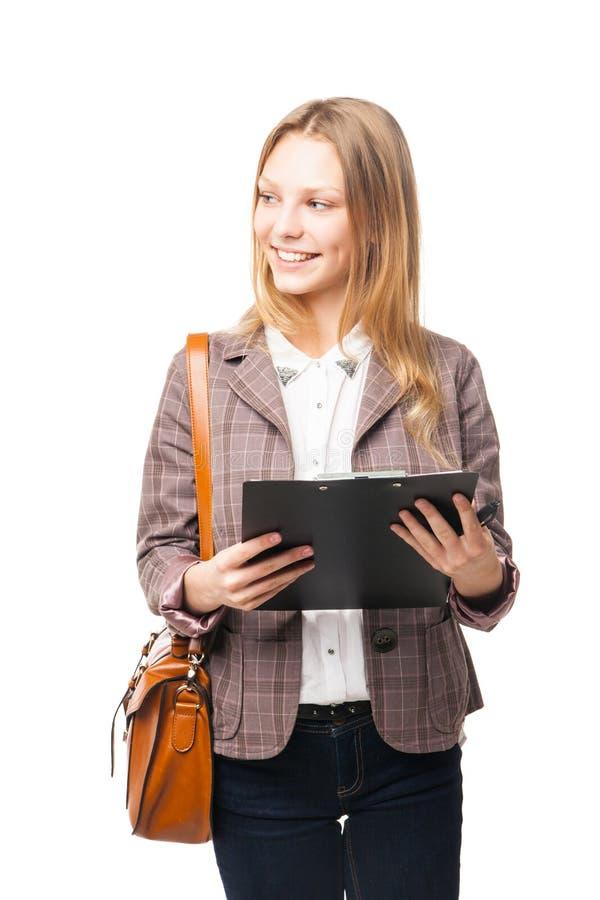 Χαμογελώντας γυναίκα σπουδαστής με την τσάντα και το φάκελλο στοκ φωτογραφία
